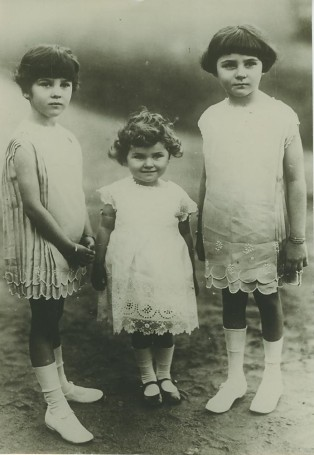 king-fouad-is-daughters-1920s.jpg